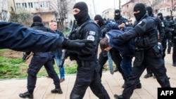 Ofițeri de poliție din Kosovo escortînd o oficialitate sîrbă arestată la Zubin, 28 mai 2019