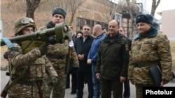 Министр обороны Армении Сейран Оганян во время посещения одного из армейских подразделений (архив)