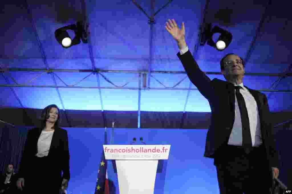 Франсуа Олланд приветствует своих сторонников 6 мая, после второго тура президентских выборов. Олланд стал первым президентом-социалистом Франции за почти 20 лет, что значительно повлияло на европейскую политику. (AFP/Джефф Пашуд)