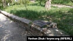 Одна из мемориальных табличек российским пехотным полкам времен Крымской войны