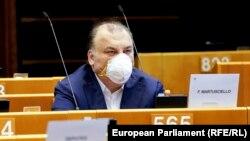 Италианският евродепутат Фулвио Мартушело е един от малцината, пристигнали в Брюксел за пленарната сесия. Евродепутатите бяха призовани да си останат вкъщи и да гласуват дистанционно, за да не разпространяват коронавируса