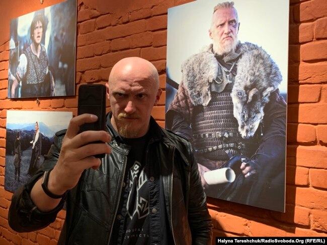 Актор Олег Волощенко робить селфі біля своєї фотографії з фільму