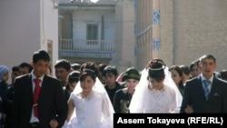 Никеге турган жаштар мечиттен чыгып келатышат, Хива, Өзбекстан