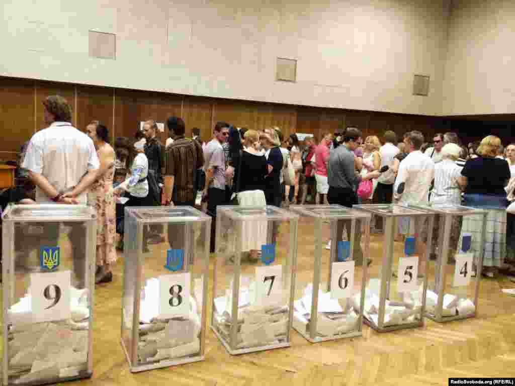 Ukraine -- Crowded polling station, Kyiv, 25May2014