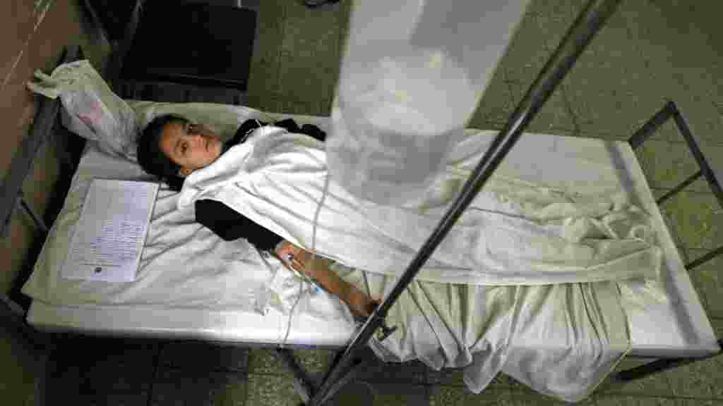 Afghanistan -- A chool girl receives medical treatment after being poisoned with gas in a hospital in Kabul, 26Aug2010