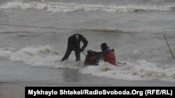 Рятувальники евакуювали з танкера, який поступово затоплюється, трьох членів екіпажу