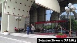 Radnici dežuraju ispred ulaza u hotel Holiday