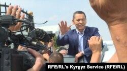 Omurbek Babanov, primit de sute de simpatizanți, la aeroportul din Bișkek, 9 august 2019