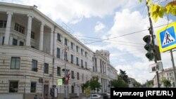 На цокольном и первом этажах здания ЦКБ «Черноморец» арендуют помещения магазины и кафе