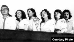 Майстроўня сьпявае на хорах заслаўскай бажніцы, 1982 год. Арына Вячорка трэцяя справа.