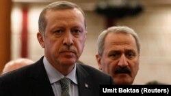 Түркия президенті Режеп Ердоған (сол жақта) мен Түркияның бұрынғы экономика министрі Зафер Чаглаян.