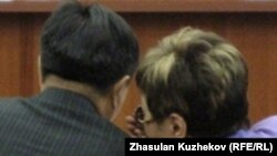 Депутаты предыдущего парламента Казахстана Жакып Асанов (слева) и Айгуль Соловьева (справа) беседуют на заседании круглого стола на тему законодательного регулирования доступа к информации. Астана, 14 декабря 2010 года.