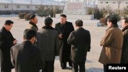 Северокорейский лидер Ким Чен Ын (в центре) говорит со своими подчиненными. Пхеньян, 23 декабря 2014 года.