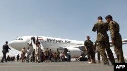 یک فروند هواپیمای ماهان در فرودگاه صنعا در یمن. عکس از اول مارس سال جاری میلادی، پس از آنکه نیروهای حوثی کنترل پایتخت را در دست گرفتند
