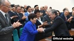 Президент Мирзиёев Қорақалпоғистонда фаоллар билан учрашмоқда.Президент расмий сайтидан олинган фотосурат.