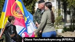 Украинские морские пехотинцы покидают Керчь, 9 апреля 2014 года