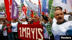 Участники протестного выступления в Стамбуле. 1 мая 2015 года.