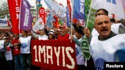 Участники протестного выступления в Стамбуле 1 мая