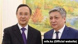 Министр иностранных дел Казахстана Кайрат Абдрахманов (слева) и министр иностранных дел Кыргызстана Эрлан Абдылдаев. Самарканд, 9 ноября 2017 года.