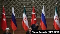 Recep Tayyip Erdogan (ortada), Vladimir Putin (sağda) və Hassan Rohani, arxiv fotosu