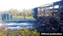 Сгоревший автобус после столкновения с КамАЗом в Татарстане.