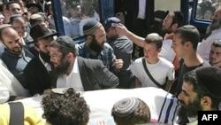 روز جمعه جنازه دانش آموزان با حضور دوستان و اقوامشان تشییع شد. (عکس از AFP)