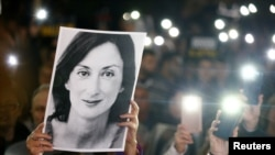 Slika novinarke Dafne Karuane Galisije na protestima građana