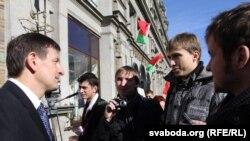 Яраслаў Раманчук гутарыць з студэнтамі.