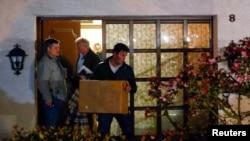 Сьледчыя пасьля ператрусу выносяць дакумэнт з дому, дзе жыў Андрэас Любіц