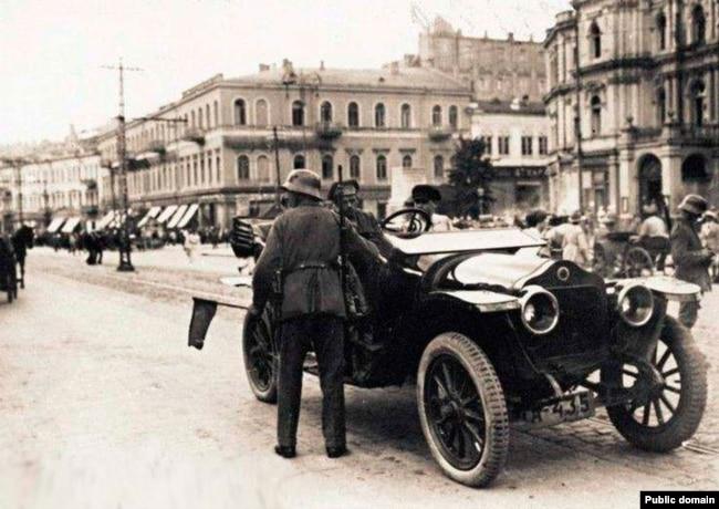 Німецький патруль на Думській площі (тепер майдан Незалежності) літо 1918 року