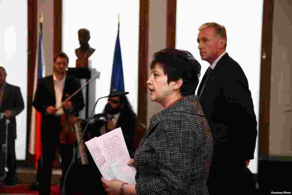 Жәмилә ханым үкімет үйінде ашылған адам құқтары жөніндегі көрмеде премьер министр М. Тополанекпен бірге сөз сөйлеп тұр - Kazakhstan/Czech Republic- Former Minister On Human Rights Of Minority Groups Zhamila Stehlikova Having Speech On Human Rights In The Exhibition With Prime Minister Mirek Topolanek