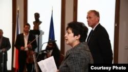 Министр Жәмила Стехликова мен премьер-министр Мирек Тополанек адам құқтары бойына көрмені ашуда.(Мұрағаттық сурет).