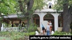 У Лівадійському парку демонтують кафе «Дубки»