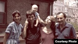 1981-ci ildə müəmmalı şəkildə dünyasını dəyişmiş Noel Bernard (sağda) ailəsi ilə
