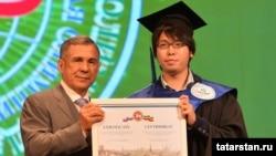 Рөстәм Миңнеханов Ютога сертификат тапшыра