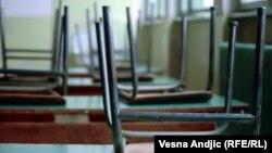 Стулья над партой в школьном кабинете. Иллюстративное фото.