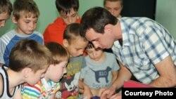 """Руководитель организации """"Домик детства"""" Антон Рубин с детьми"""