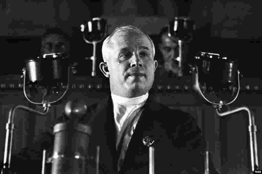 Молодий Микита Хрущов виступає на 8-му надзвичайному з'їзді Рад 5 грудня 1936 року. 1931-го він став штатним функціонером Компартії, роблячи в її лавах кар'єру до першого секретаря Московського міськкому в 1938-му і члена Політбюро ЦК, найвищого органу Компартії, в 1939 році.