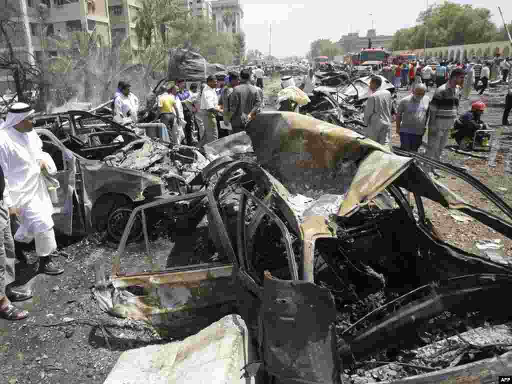 По меньшей мере 75 человек погибли и более трехсот ранены в результате серии взрывов и минометных обстрелов в столице Ирака Багдаде