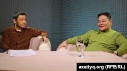 AzattyqLIVE студиясында отырған сарапшы Айдос Сарым (оң жақта) мен Азаттық тілшісі Қасым Аманжол. Алматы, 17 ақпан 2016 жыл.