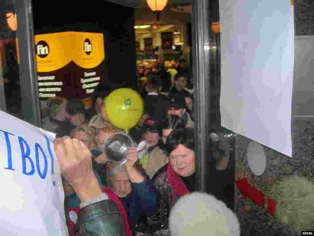 """Акция Союза Правых Сил против повышения цен в московском супермаркете """"Седьмой континент"""" на Арбате."""