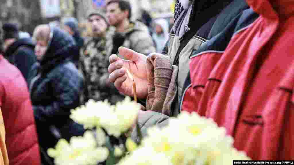 Столкновениям сторонников евроинтеграции Украины с милицией предшествовали мирные протесты.Тысячи киевлян выходили на Майдан Незалежности, протестуя против решения тогдашнего правительства Николая Азарова и президента Януковича отложить подписание соглашения об ассоциации с Европейским союзом.