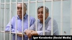 Омурбек Текебаев и Дуйшенкул Чотонов в зале суда. 11 августа 2017 года.