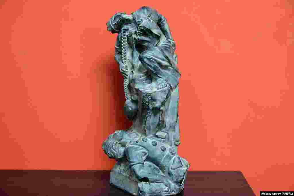 А эта скульптура изображает героев «Шахнаме» Рустама и Сухраба.