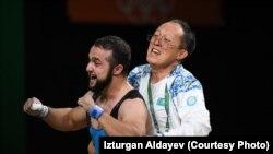 Главный тренер сборной Казахстана по тяжелой атлетике Алексей Ни и чемпион Олимпийских игр Ниджат Рахимов.