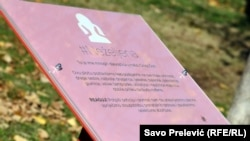 """Posmrtni plakat u roze boji, koji simbolizuje """"Neželjenu"""" i nerođenu djevojčicu"""