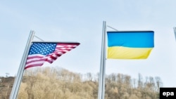 Iамеркан а, Украинин а байракхаш.
