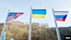 Флаги США, Украины и России на медальной церемонии Паралимпиады в Сочи