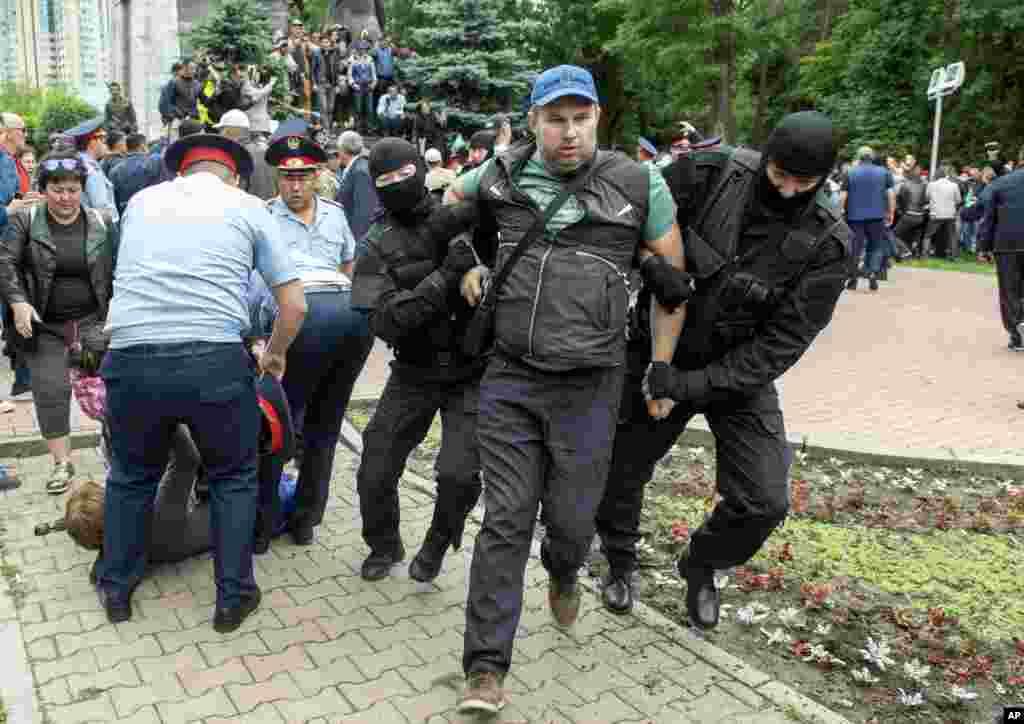"""Последняя серия крупных акций протеста, не санкционированных властями, участники которых, в частности, выступали за бойкот президентских выборов, происходили 1 мая - в День единства народа Казахстана. В этот день в Алматы, Нур-Султане и других городах были задержаны десятки человек. На многих позже были наложены административные взыскания в виде арестов и штрафов за """"нарушение порядка проведения мирных собраний"""" и """"неподчинение сотрудникам полиции"""". На фото - задержания 9 июня в Алматы."""