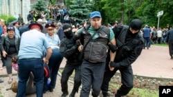 Задержания на площади Астана 9 июня в Алматы.